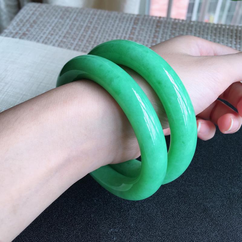 姐妹情深满色豆绿圆条手镯、玉质细腻,颜色翠绿,条形圆润,上手佩戴气质优雅迷人!尺寸58.6*12.8