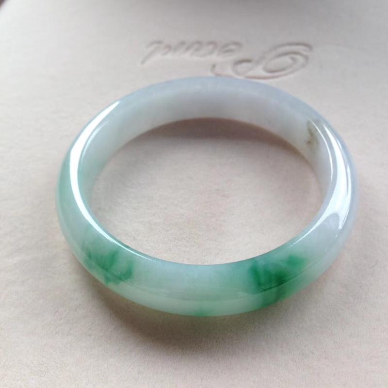 飘绿正圈镯,尺寸55.5*12.5*8 完美细腻,釉洁水润,颜色明媚,艳丽醒目,微沙眼!