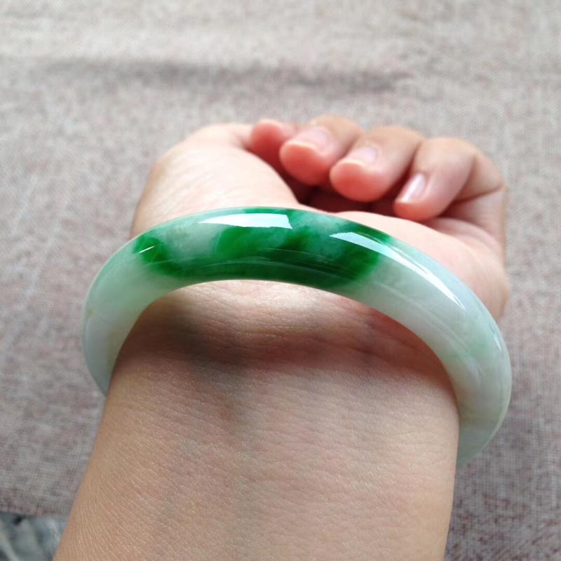 飘辣绿圆条镯,尺寸53.5*10.5*10 完美细腻,釉洁水润,翠色明媚,鲜艳夺目!