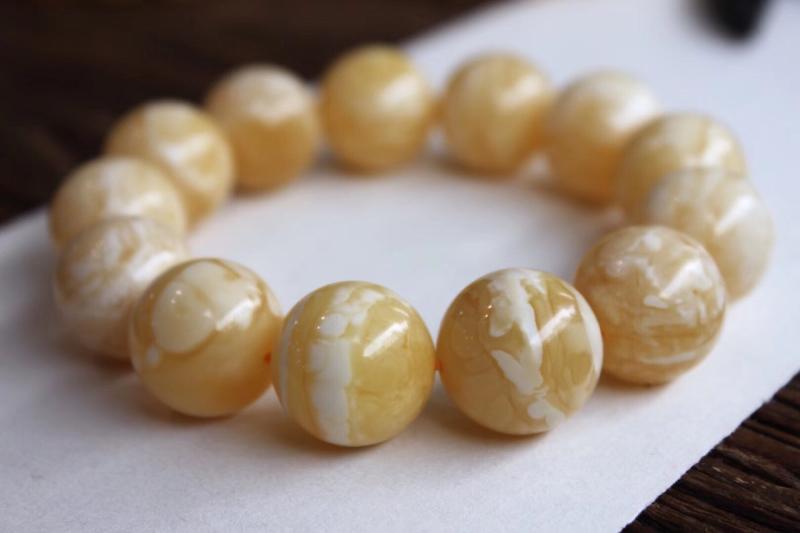 罕见收藏佳品18.5mm俄料虎皮纹瓷白花蜡手串。 精选虎皮顺纹瓷白花蜡珠子,颗颗完美无瑕,纹路瓷白清
