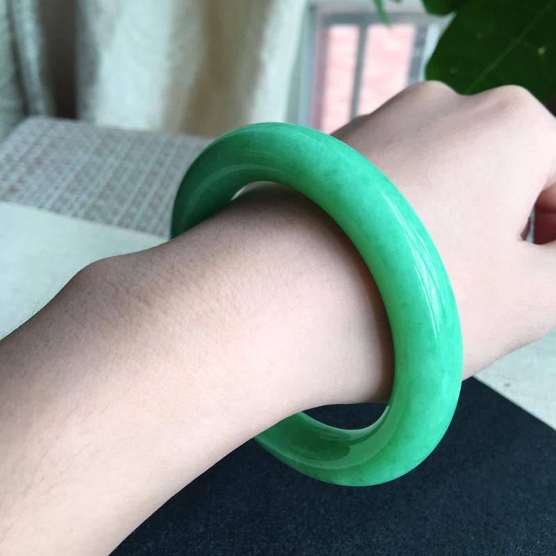 天然A货翡翠 莹润满绿豆绿圆条手镯,玉质细腻 颜色青翠迷人,绿意怏然,条形圆润光滑,上手华丽高贵!