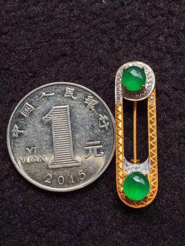 【简单大方别针款,吊坠胸针两用,冰种木那鲜阳绿,足反大钻,裸石完美无裂纹,一颗有长棉丝不影响,胸针上面裸石5.8:5.6:3.5mm 下面裸石5.5:5.3:3.5mm 整体32.4:9.2:9.3mm 重量3.93克。(请先咨询再下单)】图8