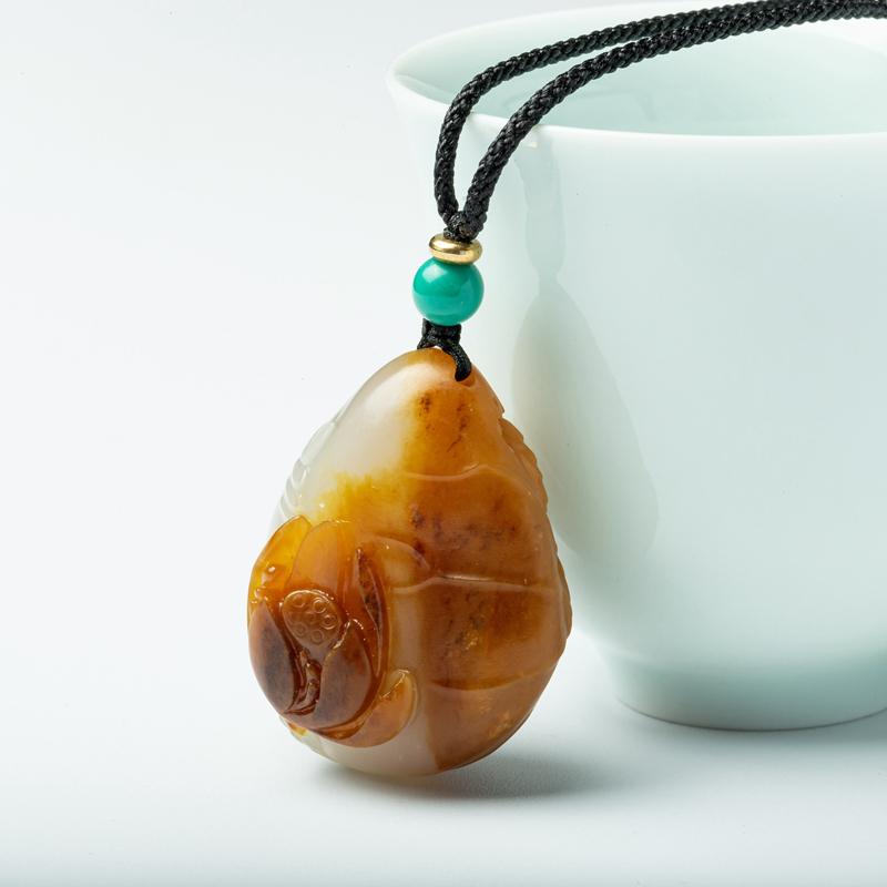 新疆和田玉籽玉荷花吊坠,玉质细腻,脂份油性极佳,雕刻师巧妙的运用黄沁俏色正面高浮雕一朵正在盛开的荷花