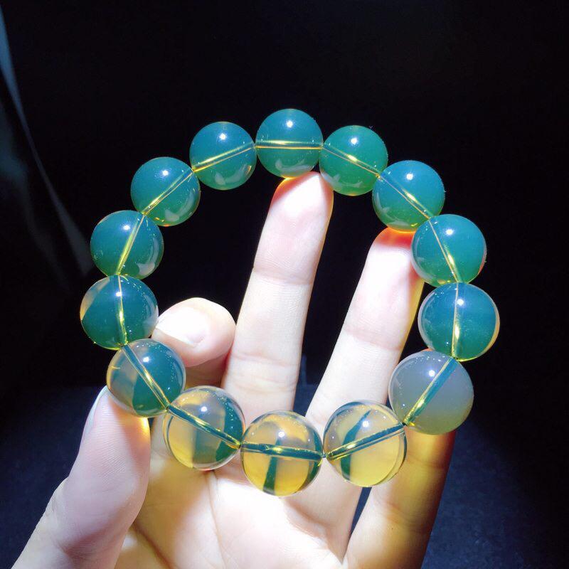 墨西哥蓝珀手串。珠子:15MM  克重:26.1g 蓝度高,净水无暇。 带蓝珀的好处:蓝珀的颜色光泽