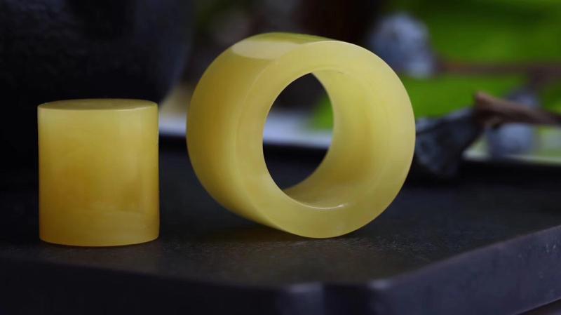 纯天然柠檬黄花蜡扳指 满蜡黄扳指一套,色泽浓郁,蜜纹清晰可见。在古代扳指是彰显地位的象征,内外皆圆,