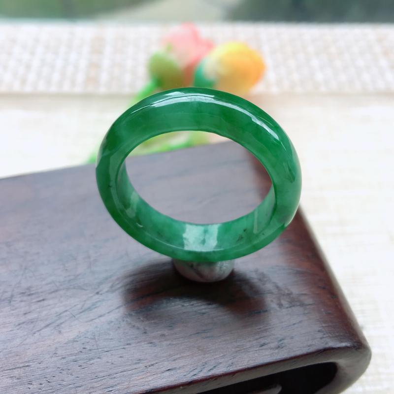 天然A货翡翠 精美水润满绿戒指,圈口22mm,玉质细腻,满绿均匀,颜色靓丽,种水好,佩戴效果贵气大方