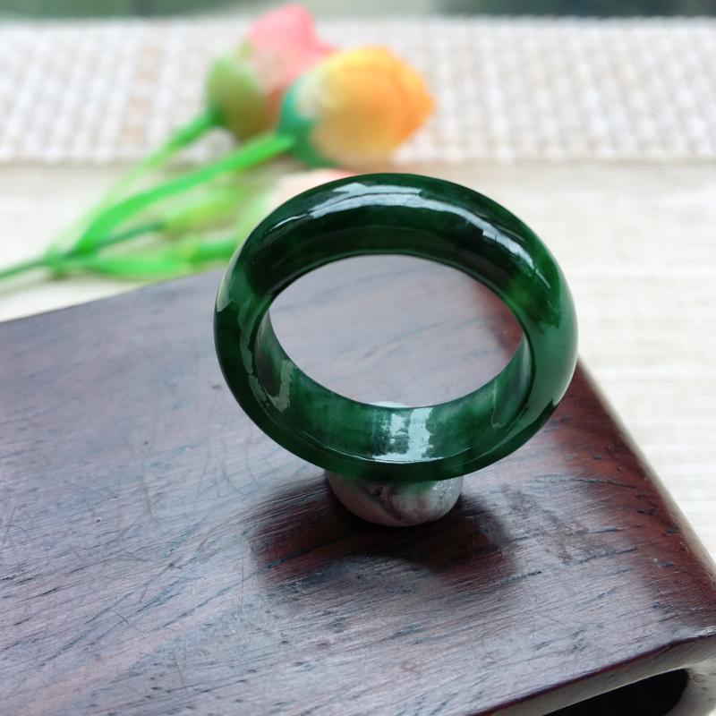 天然A货翡翠 完美莹润满绿戒指 圈口18mm,玉质细腻,青翠明媚 尺寸18*6.6*3.5mm,重量
