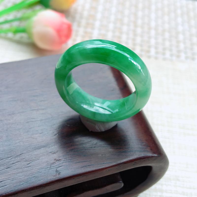 天然A货翡翠 精美芙蓉绿戒指, ~玉质细腻, 花色鲜艳迷人,上手佩戴高贵迷人! 尺寸18*7.6*4