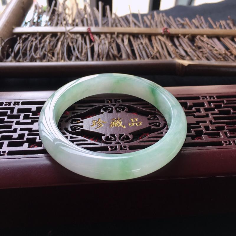 翡翠手镯内径55.5、天然A货翡翠飘绿手镯、料子细腻、无纹裂