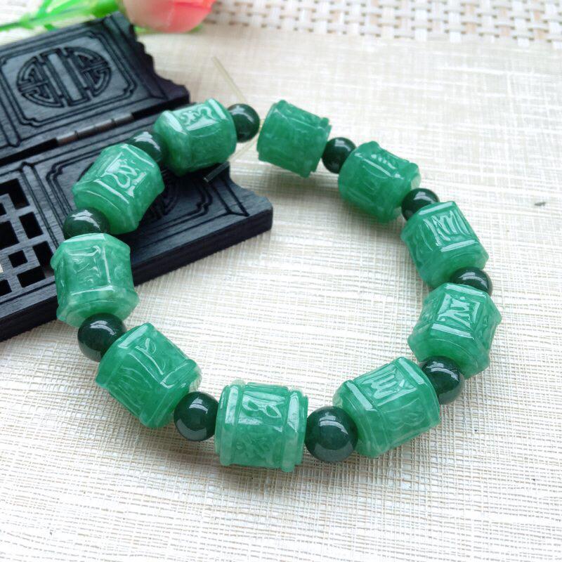 天然A货翡翠 精美满绿六字真言路路通手串 10颗 尺寸13*12.2mm  料子细腻 颜色靓丽 雕工