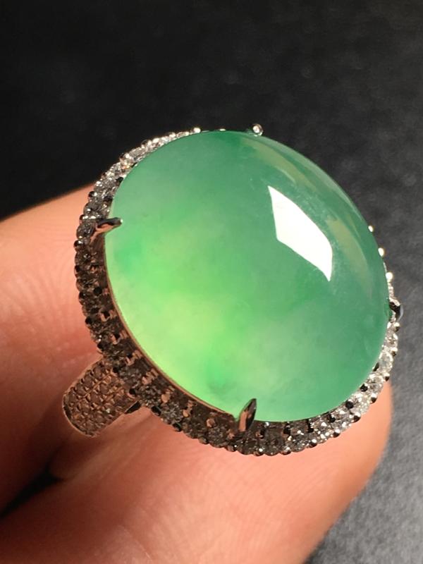 翡翠A货,阳绿蛋面戒指,18k金伴钻镶嵌,完美,种好水足,性价比高。###