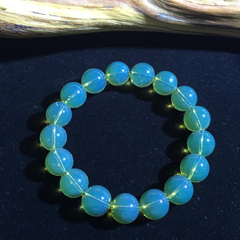 墨西哥蓝珀女款手串。珠子:12MM  克重:17g 蓝度高,净水无暇。 带蓝珀的好处:蓝珀的颜色光泽