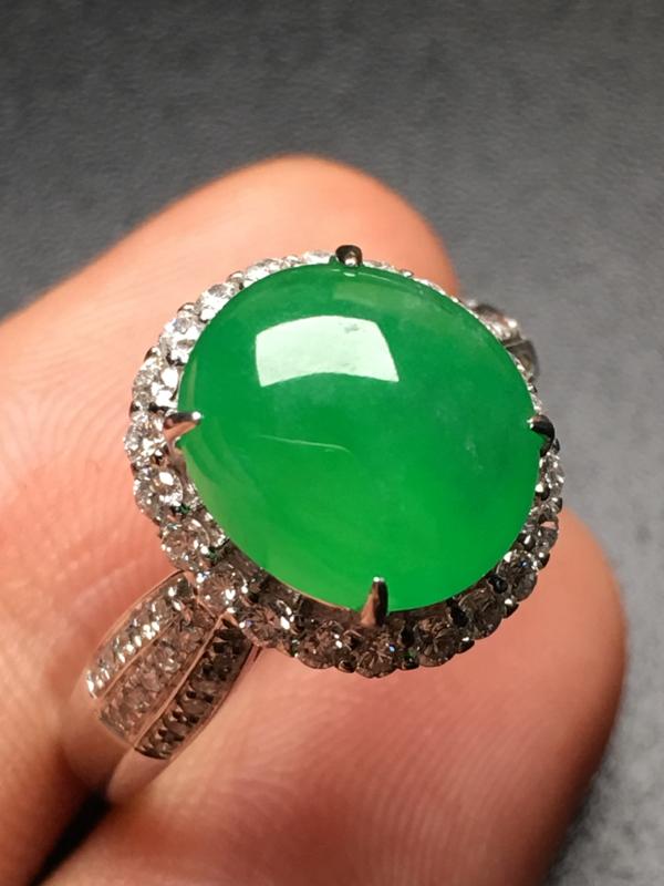 翡翠A货,阳绿蛋面戒指,18k金伴钻精工镶嵌,完美,种好水足,性价比高。
