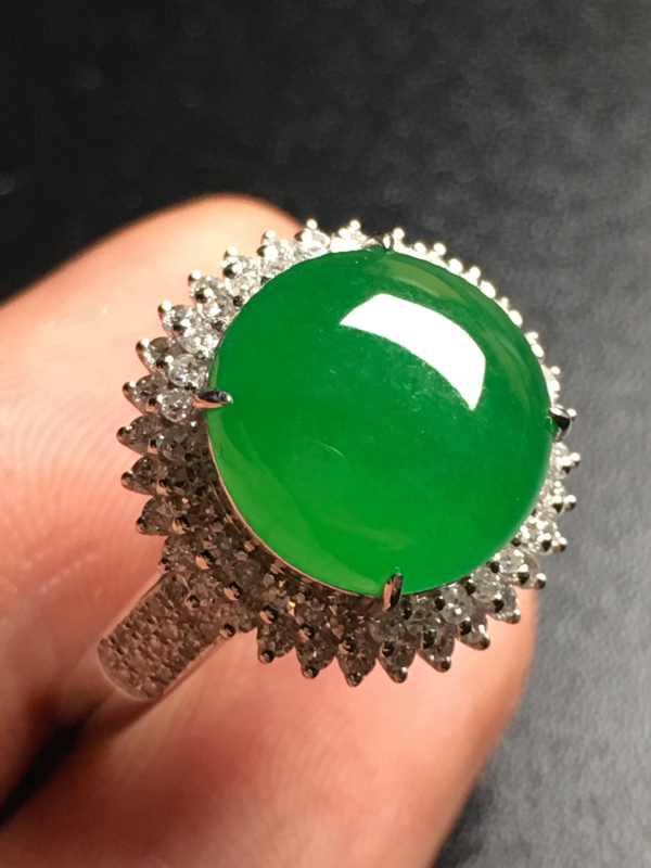 翡翠A货,阳绿蛋面戒指,18k金伴钻镶嵌,完美,种好水足,性价比高。