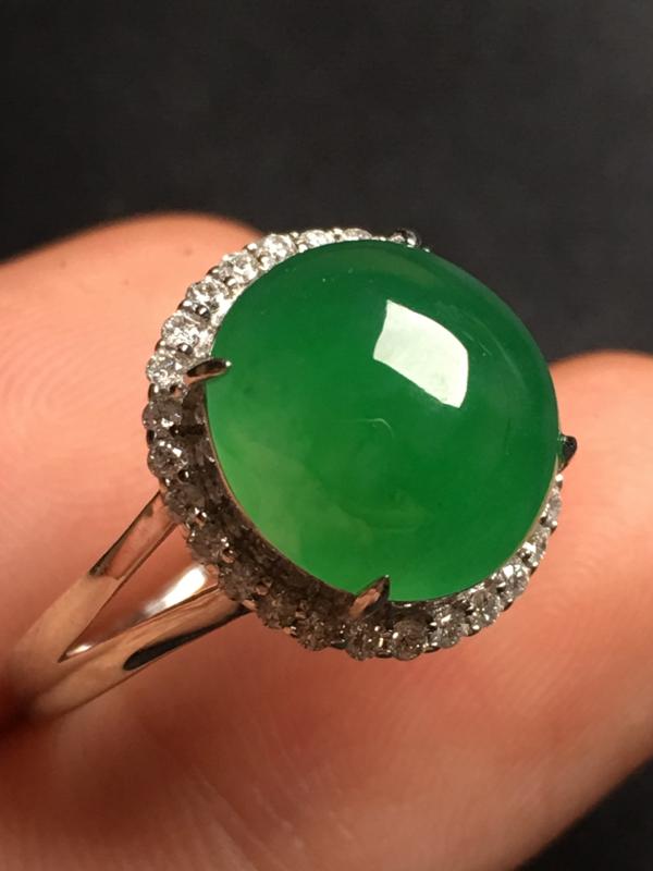 翡翠A货,阳绿蛋面戒指,18k金伴钻镶嵌,完美,种好水足,玉质细腻,性价比高。