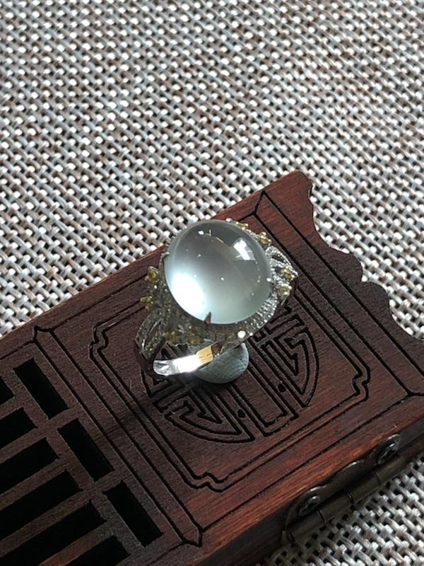 18k伴钻镶嵌玻璃种翡翠蛋面戒指,纯净无暇,种老起光