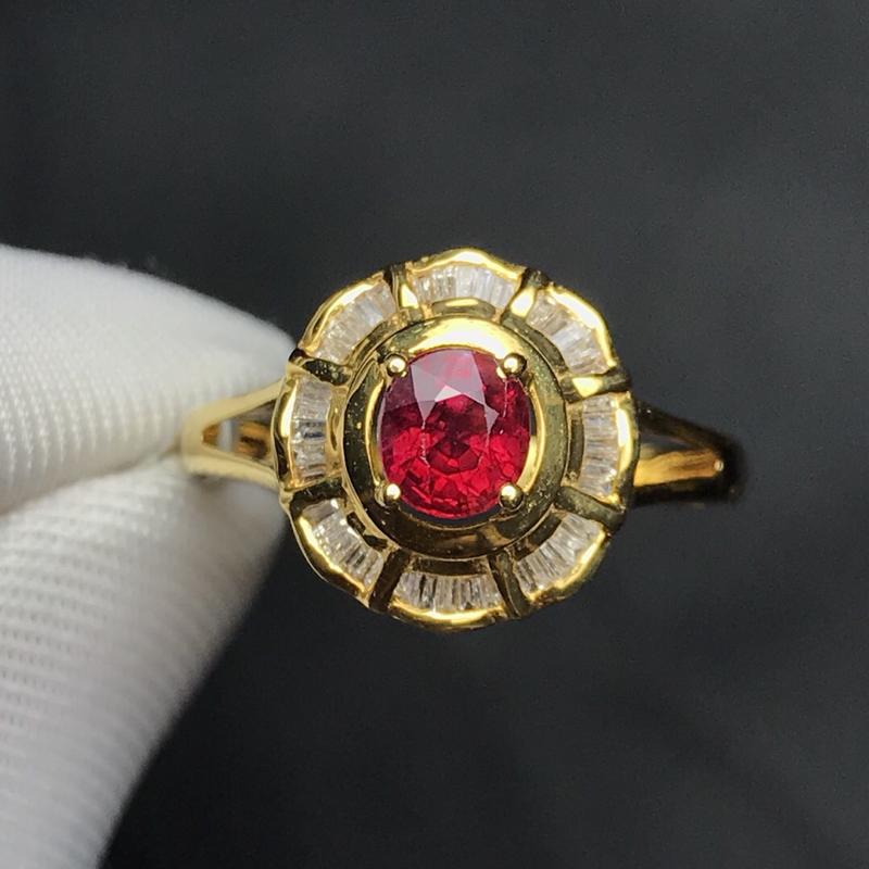 18K金镶嵌天然红宝石戒指,搭南非钻,石重0.77克拉,钻石40颗,金重2.51克,圈口13.5可改