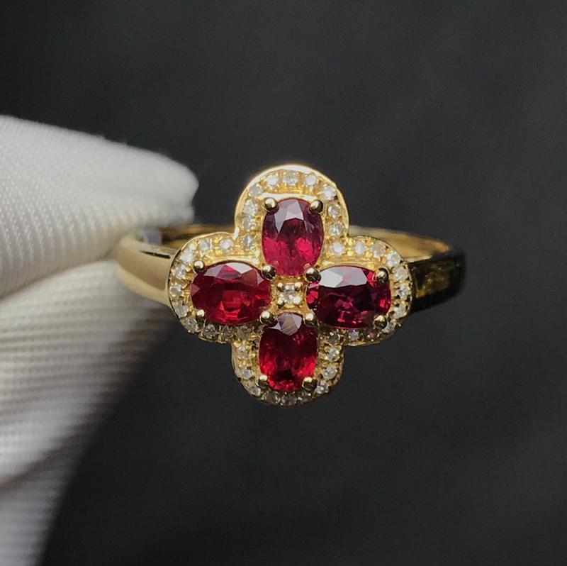 18K金镶嵌天然红宝石戒指,搭南非钻,石重1克拉,钻石41颗,总重2.02克,圈口13.5可改,时尚