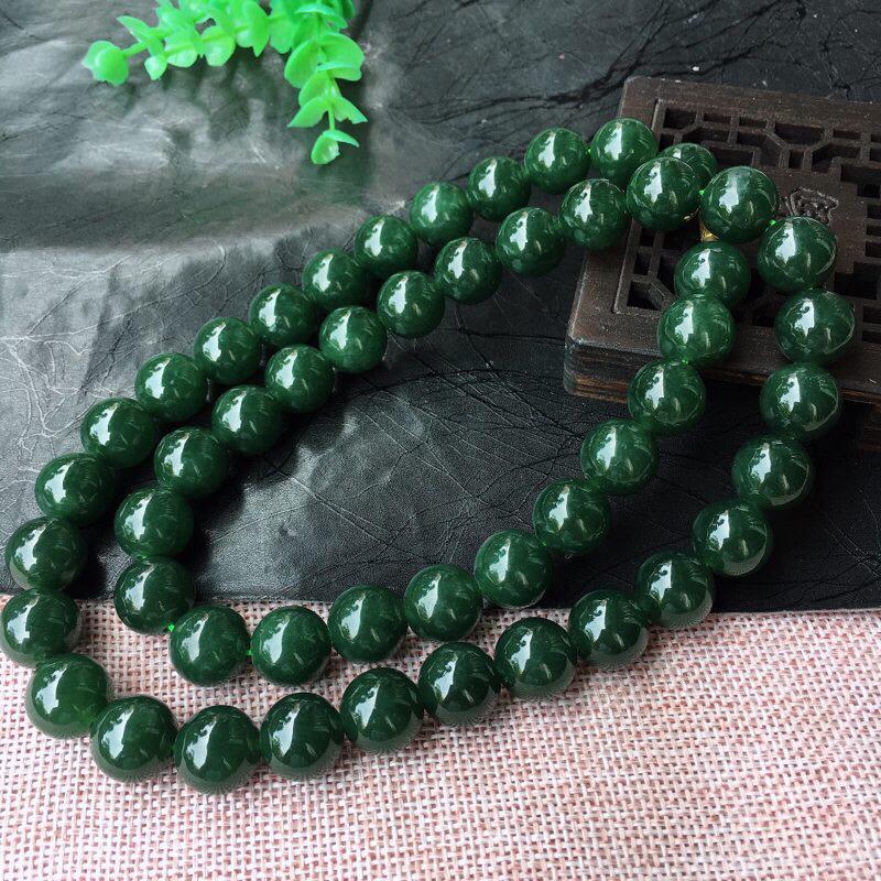 翡翠满绿大珠链,佛珠。稀有精品项链 种水足 质地细腻,色泽均匀 颇有韵味,颗粒超饱满 上身高雅!个别