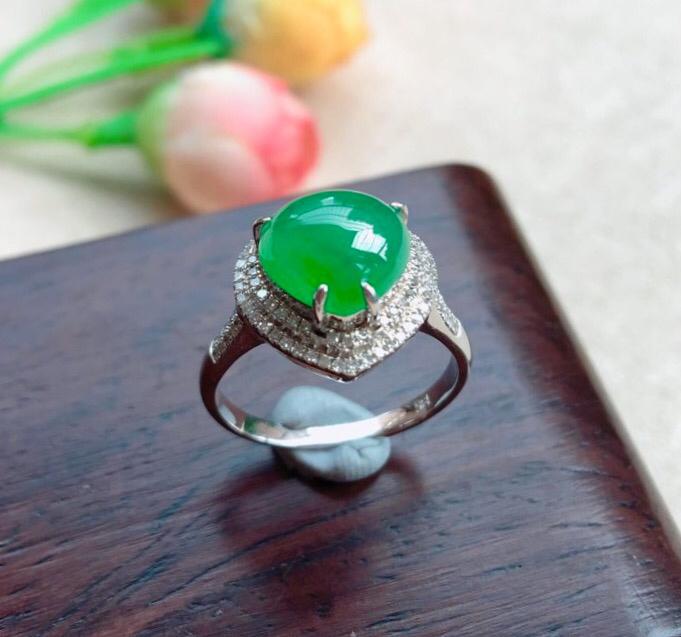 天然A货翡翠18k金伴钻满绿❤心形蛋面戒指,圈口17mm款式新颖 玉质细腻,颜色靚,上手佩戴高贵迷人