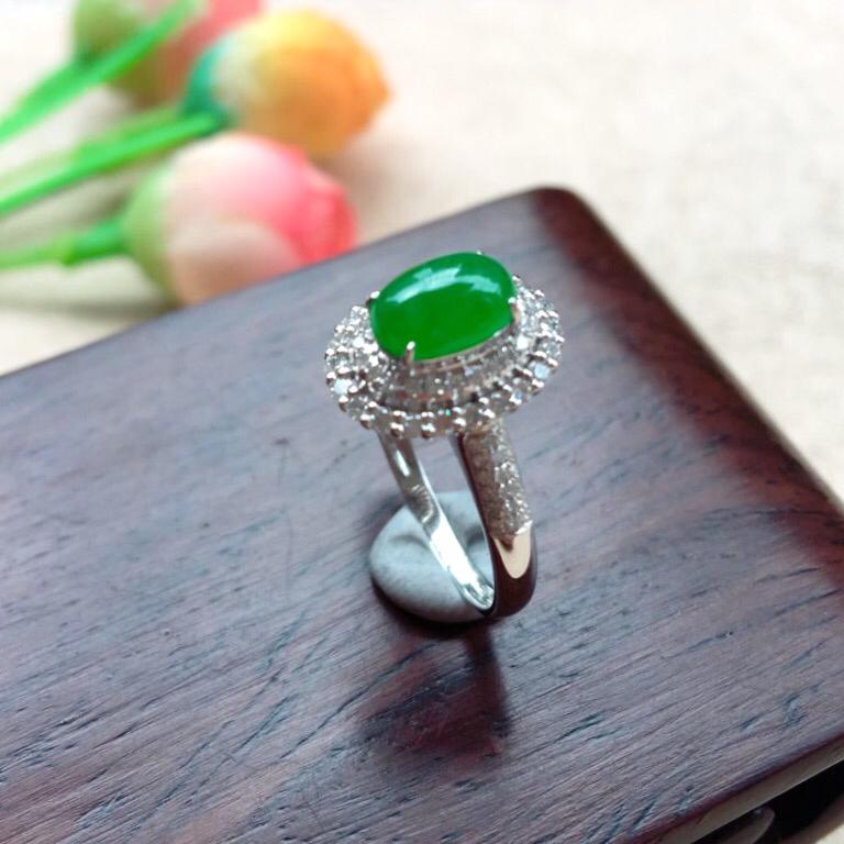 天然A货翡翠18k金伴钻满绿蛋面戒指💍,圈口16.5mm款式新颖 玉质细腻,颜色靚,上手小清新楚楚动