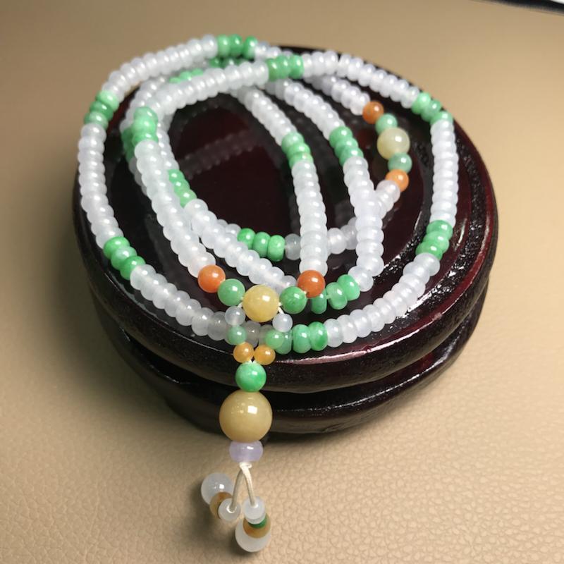 自然光拍摄,缅甸天然a货翡翠算盘珠项链,冰透水润,款式精美,料子细腻,上手效果佳,单珠尺寸5.3mm