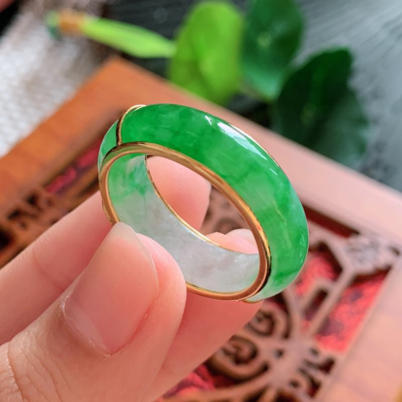 天然翡翠A货-飘绿18K金镶嵌戒指,种好,玉质细腻,水头饱满,形体漂亮,水润精致,上手效果佳,尺寸裸