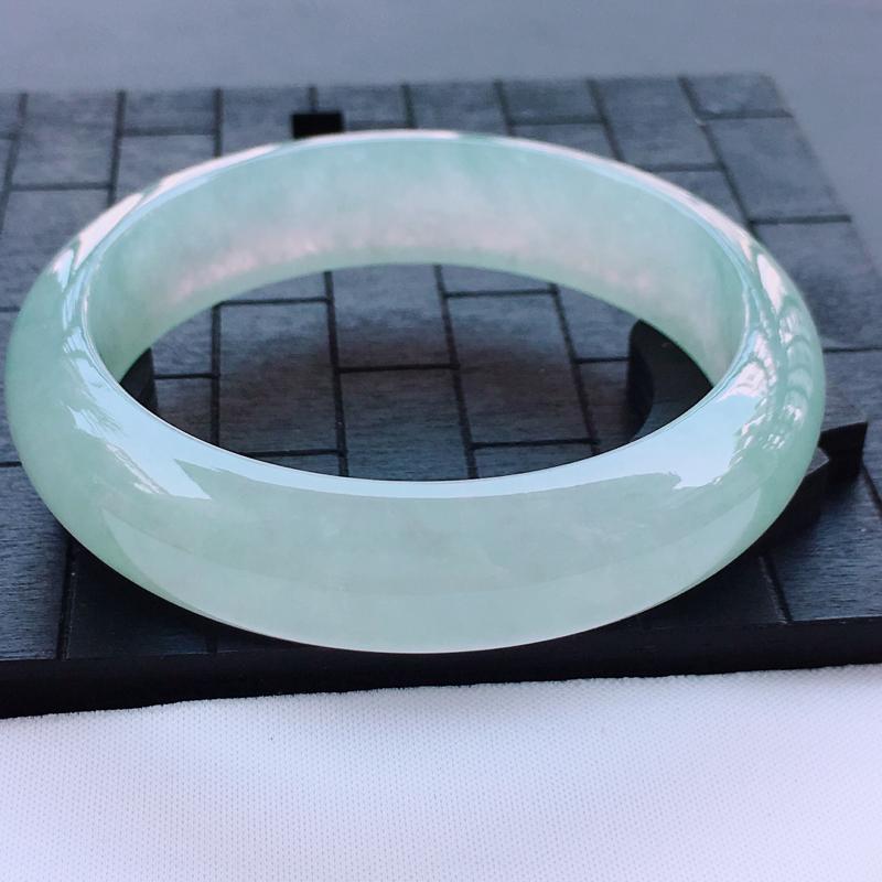 翡翠a货,冰糯种水润淡绿正装翡翠手镯,圈口56.5/14.3/7.8,玉质细腻,种水一流,底色漂亮,