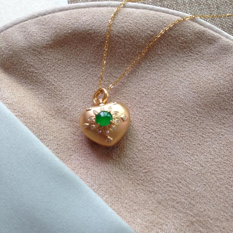 冰绿️型锁骨链,裸石冰润色泽浓郁,很抢眼的色泽,裸4.6-4.3-2.5,整体:18.1-14.6