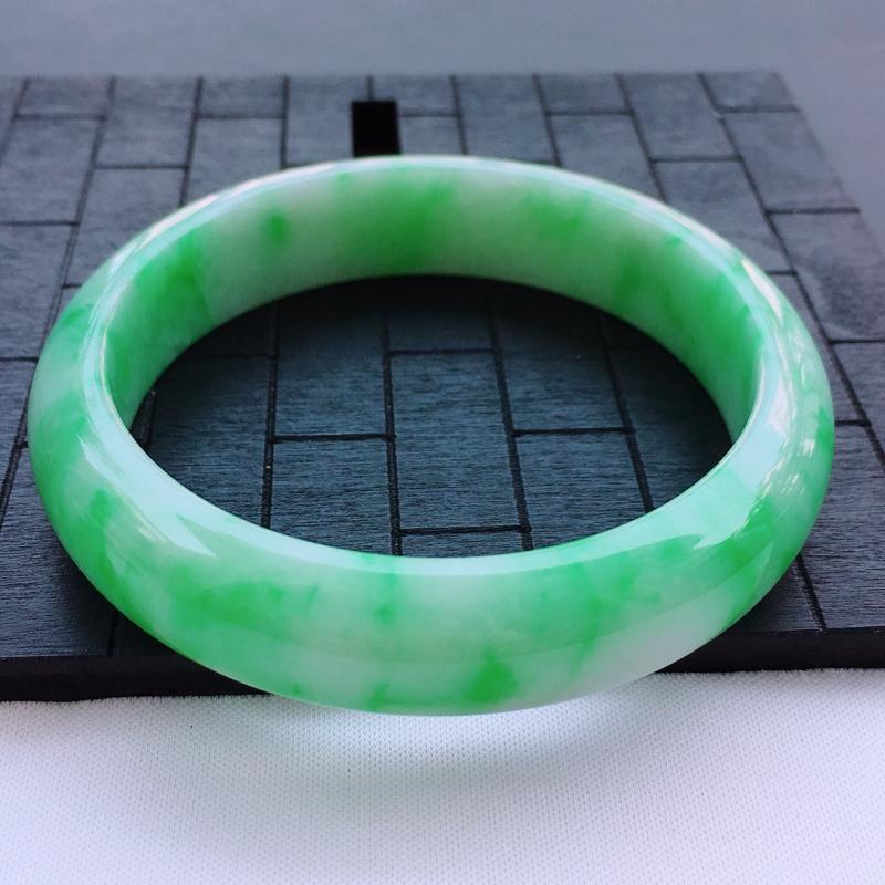 翡翠a货,糯种飘阳绿正装翡翠手镯,圈口60.0/14.4/8.0,玉质细腻,种水一流,底色漂亮,佩戴