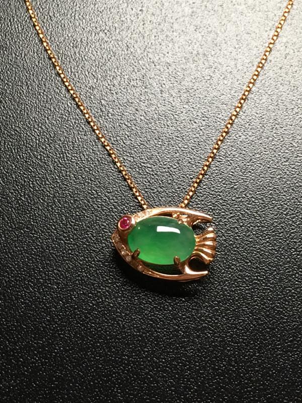 翡翠A货,满绿蛋面小金鱼项链,18k金镶嵌,完美,种好水足,性价比高。整体尺寸:13.7*9.6*6