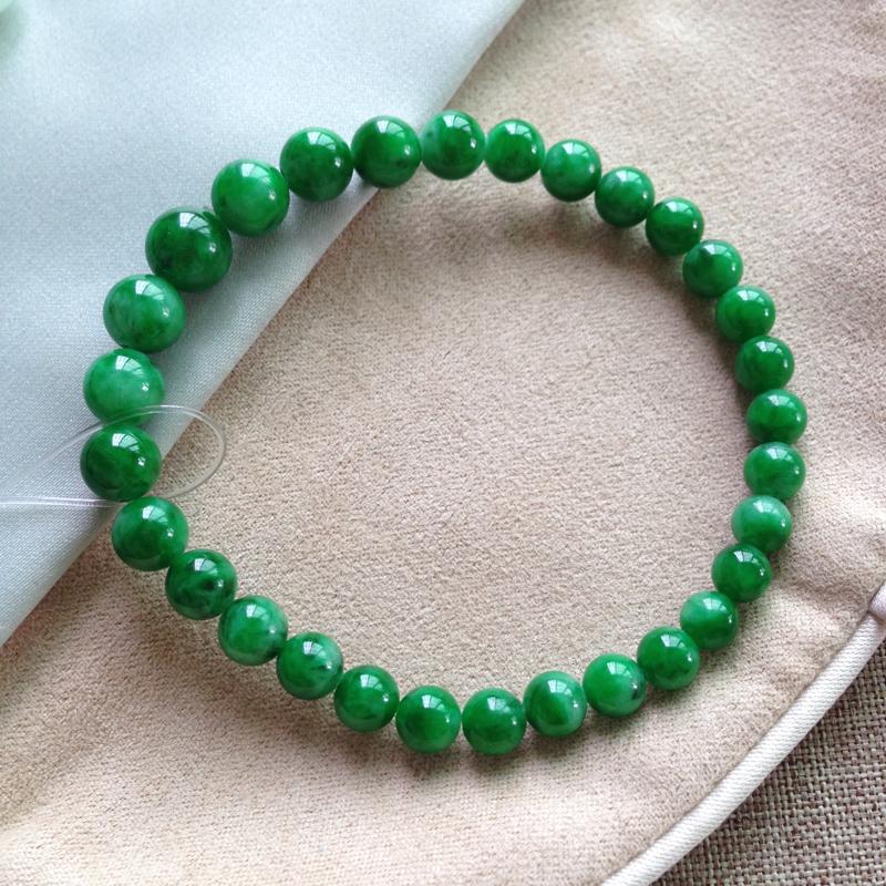 满绿珠链,珠子大小不一样的,色泽很好,抢眼高贵,小:5.6mm,大7.7mm,30颗