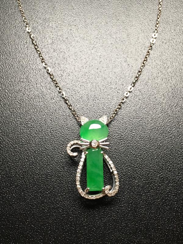 翡翠A货,阳绿猫咪项链,18k金伴钻镶嵌,完美,种好水足,性价比高。整体尺寸:21.2*11.5*6
