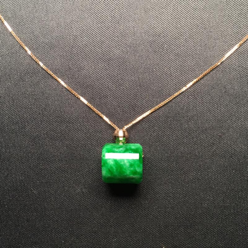 翡翠A货,阳绿路路通项链,18k金镶嵌,完美,种好水足,性价比高。整体尺寸:11.4*11.7*3.