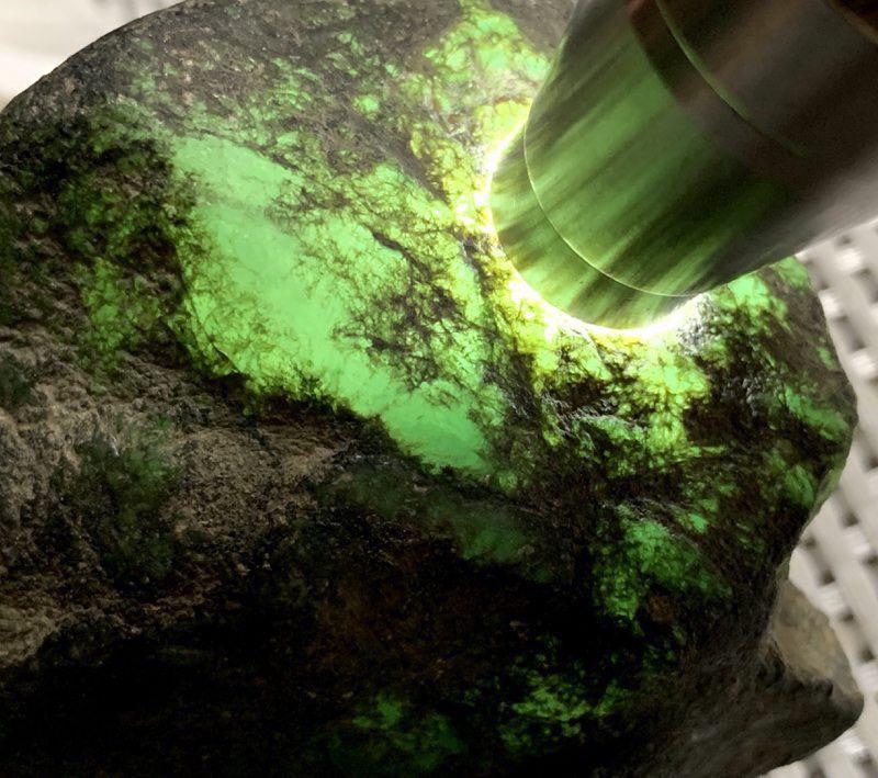 #免费切石解石做手镯#【名称】750克莫西沙敞口全赌料。 【重量】750克【尺寸】 100*80*6