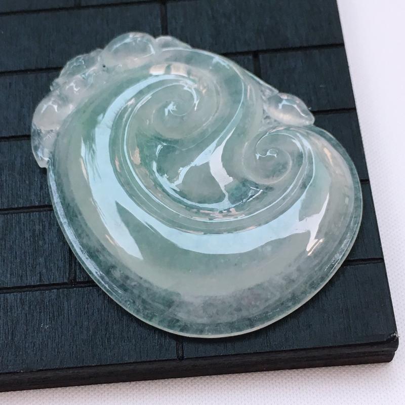 翡翠a货,冰糯种水润淡绿翡翠如意吊坠,玉质细腻,种水一流,雕工栩栩如生,尺寸52.5/40.1/6.