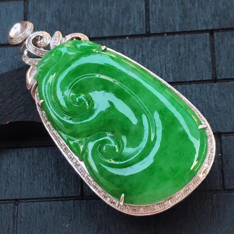 翡翠a货,18K金伴钻糯种满色辣绿翡翠如意吊坠,玉质细腻,种水一流,底色漂亮,上身高贵,尺寸连金54