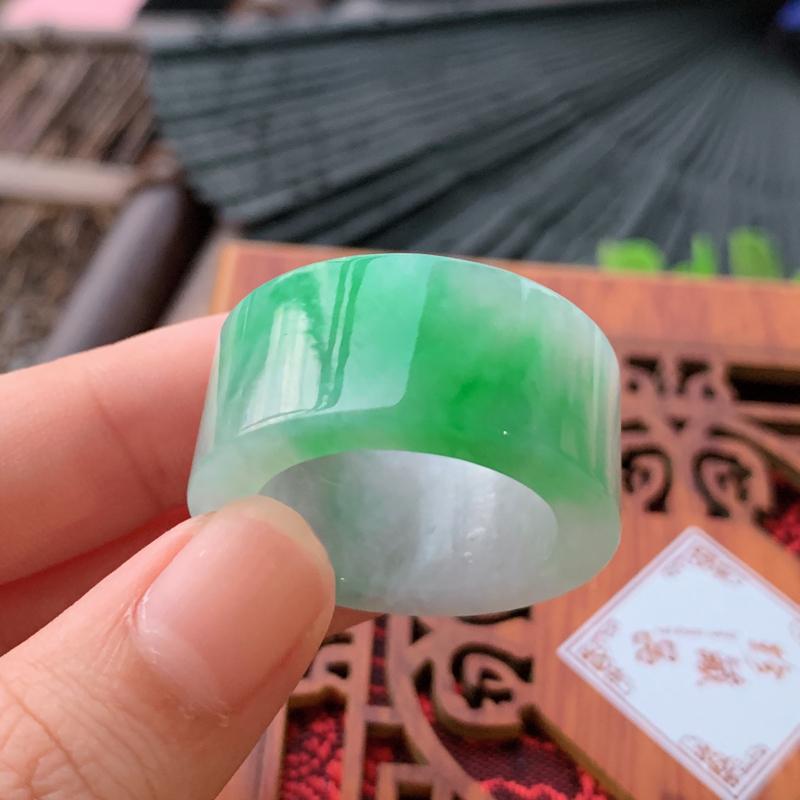 天然翡翠A货-飘绿戒指_种好,玉质细腻,水头饱满,形体漂亮,水润精致,上手效果佳,尺寸19*6.8*