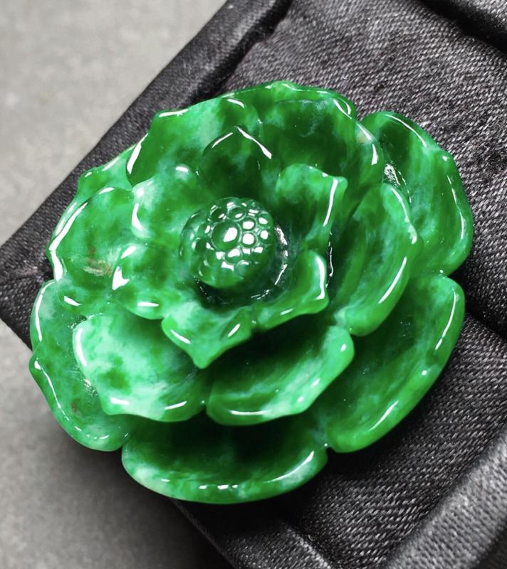 绿花朵吊坠,雕工精美,色辣,尺寸36/34/10.7