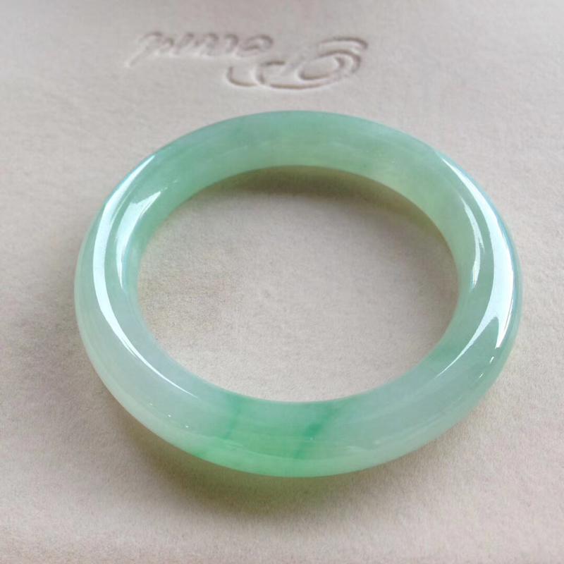 飘阳绿圆条镯,尺寸54.5*11*11.5 种质细腻,通透水润,底色甜美清新,翠色灵动轻盈,上手漂亮
