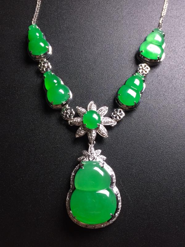翡翠A货,阳绿葫芦锁骨链,18k真金真钻镶嵌,完美,种水超好,玉质细腻。