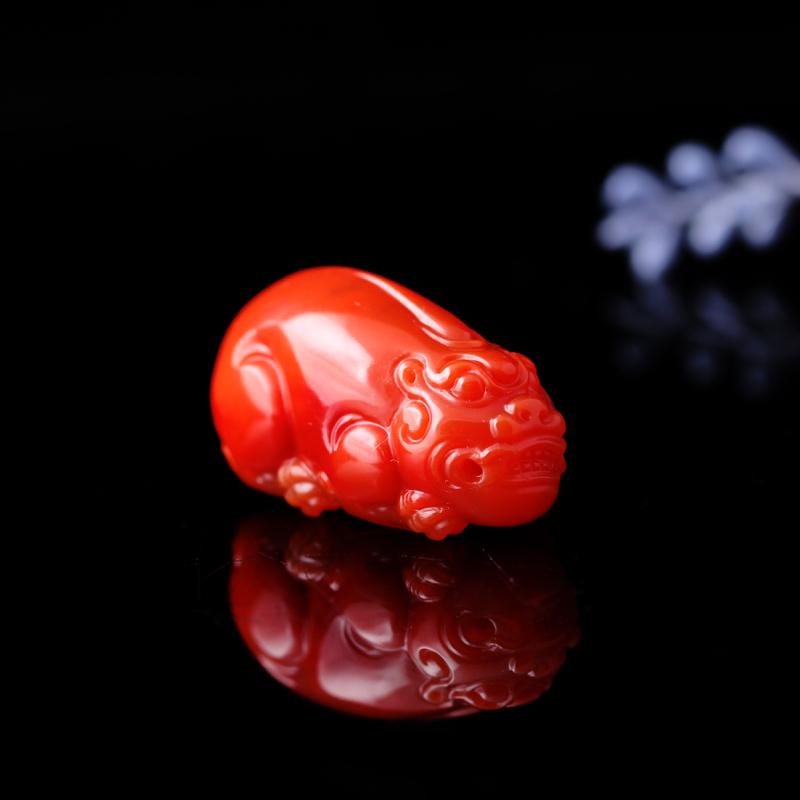 南红柿子红【貔貅】挂件。玉质细糯,色泽红润浓郁,立体圆雕,线条张力十足,貔貅身躯圆润,双目圆睁,阔嘴