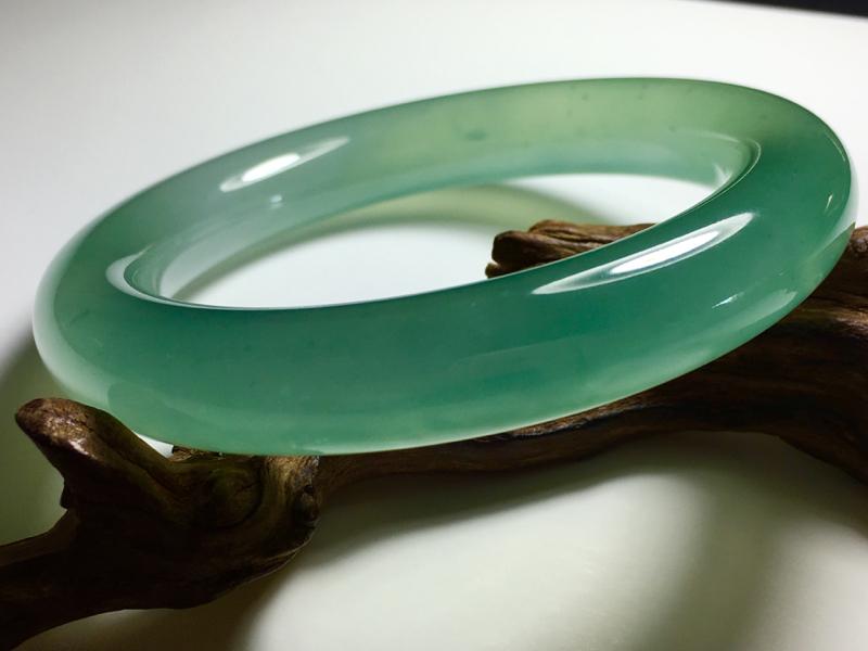 玻璃种湖水蓝圆条手镯,种老通透,清新淡雅,收藏佳品