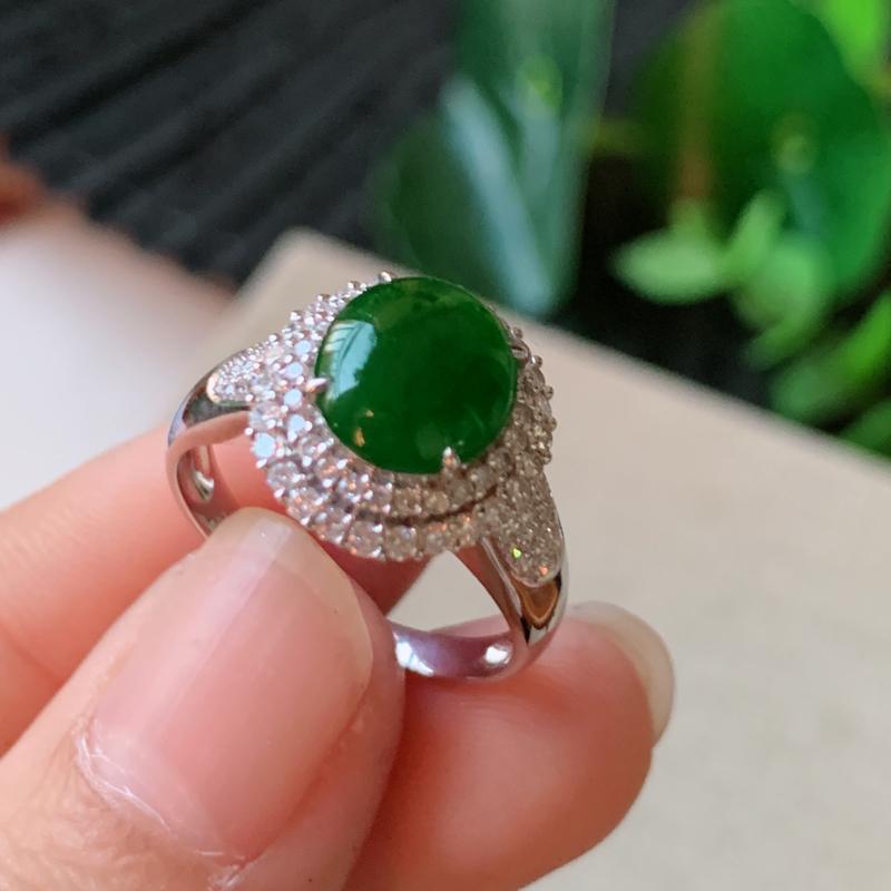 天然翡翠A货-满绿18K金镶嵌蛋面戒指,种好,玉质细腻,水头饱满,形体漂亮,水润精致,上手效果佳,尺