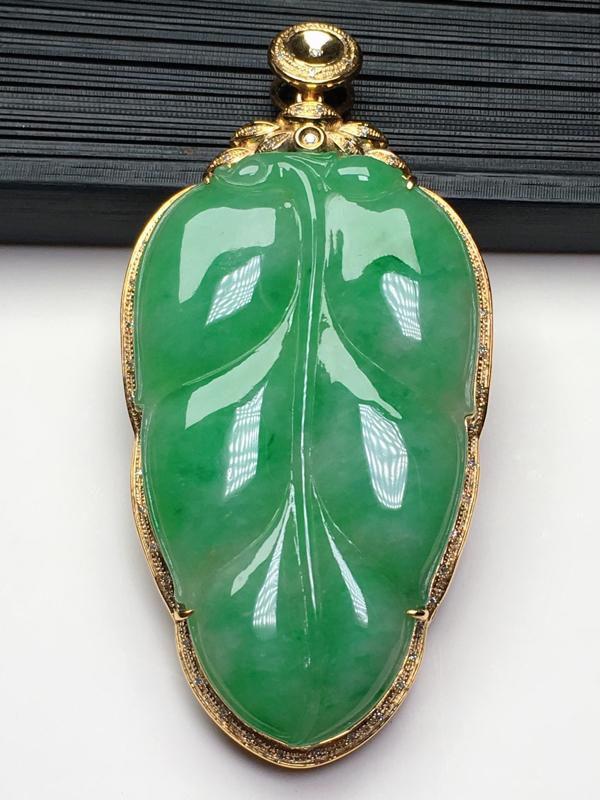 a货翡翠满绿叶子吊坠,18k金镶嵌,细腻饱满,水灵甜美,金枝玉叶