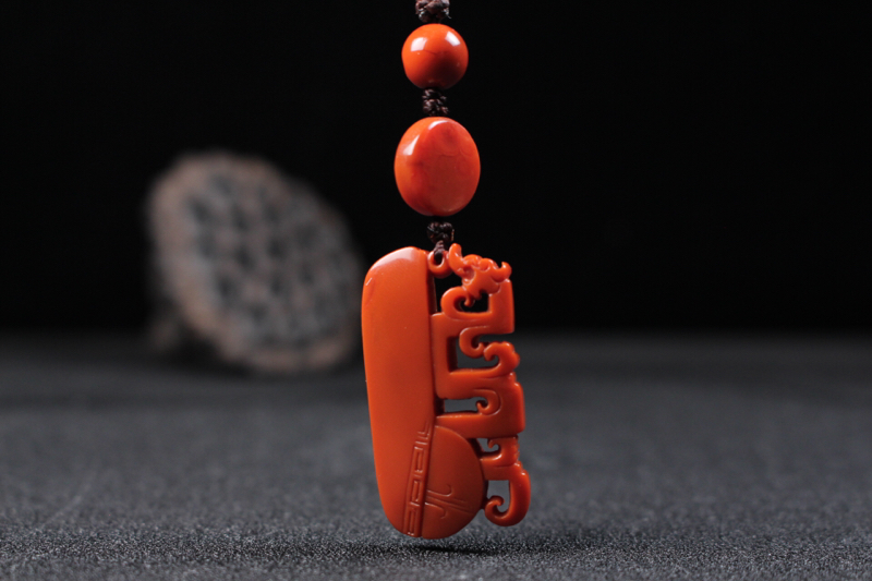 【【仿古龙】柿子红过渡锦红镂空雕刻仿古龙,旁边浅刻回纹装饰,更添历史厚重气息,温润细腻瓷实,整件无胶无裂,颜色纯正。】图3