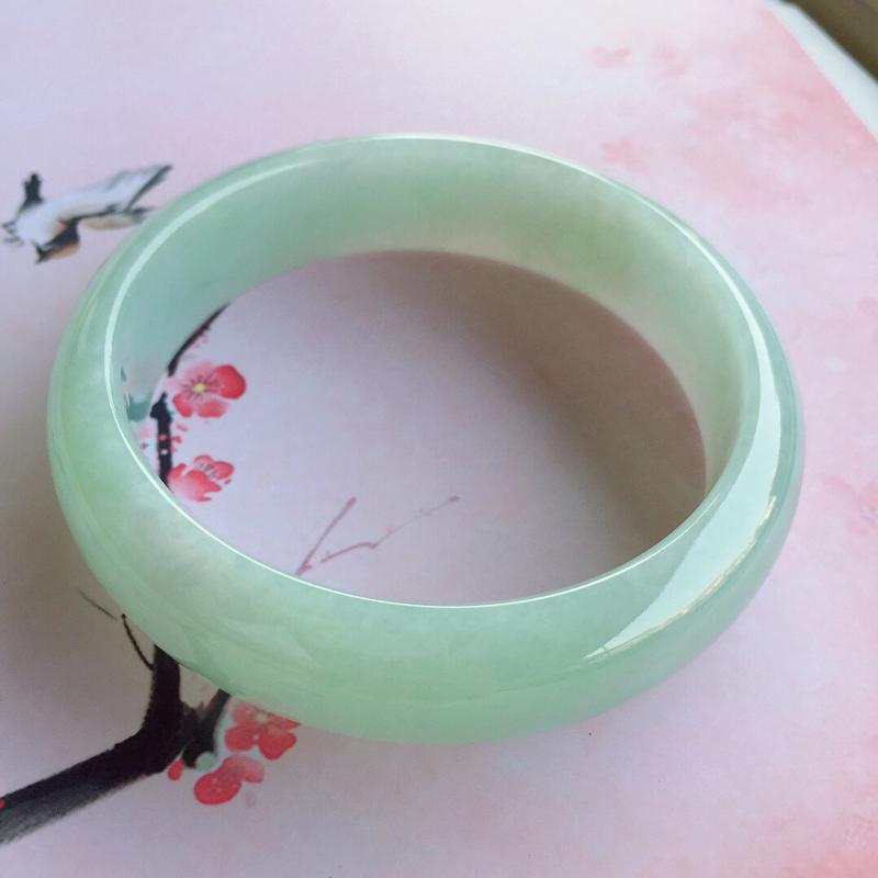 正圈61.8mm,糯种浅绿正圈手镯,底子细腻光滑,色泽清新淡雅,上手效果好