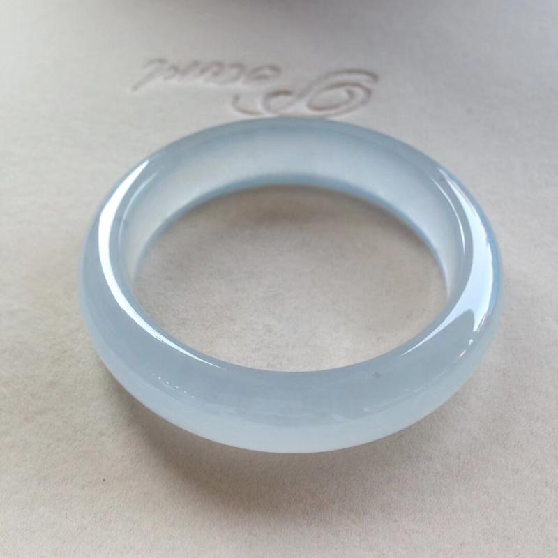 老坑起光淡蓝正圈镯,尺寸52*14*8.5 完美老种,纯净细腻,通透无比,清澈见底,荧光熠熠,全胶感