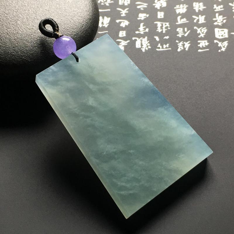 冰糯种晴水无事牌吊坠 尺寸55-36.3-6.4毫米 质地细腻 款式时尚 紫色顶珠为装饰品
