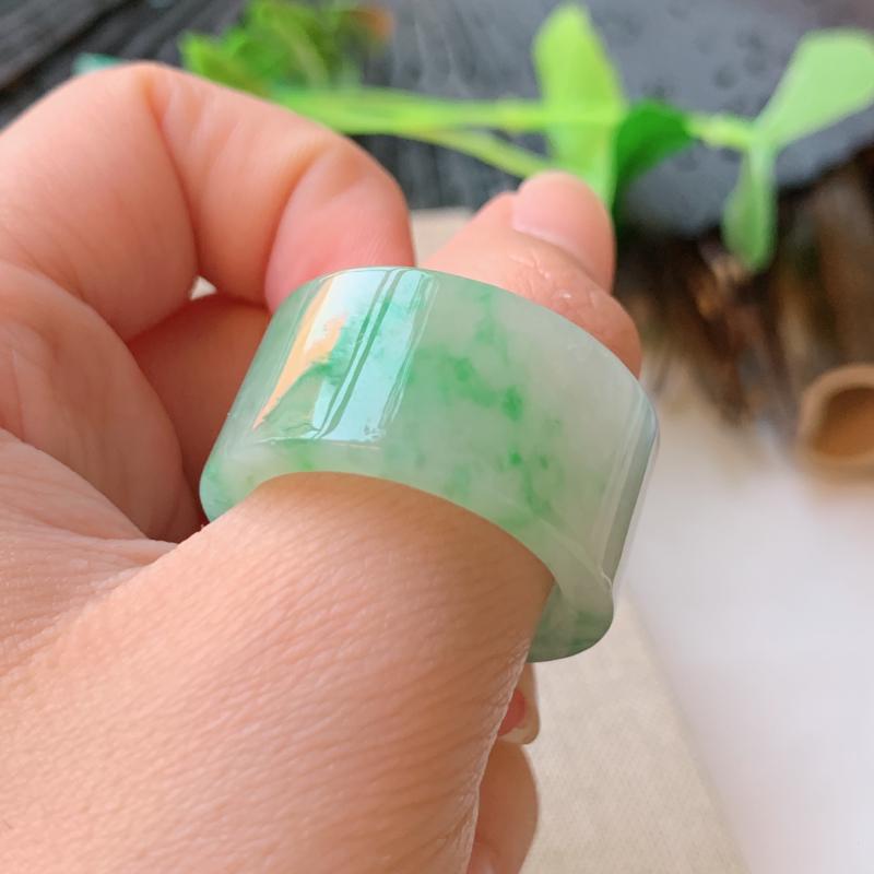 【天然翡翠A货-种好飘绿扳指_种好,玉质细腻,水头饱满,形体漂亮,水润精致,上手效果佳,尺寸22.1*14.1*3.7mm】图5